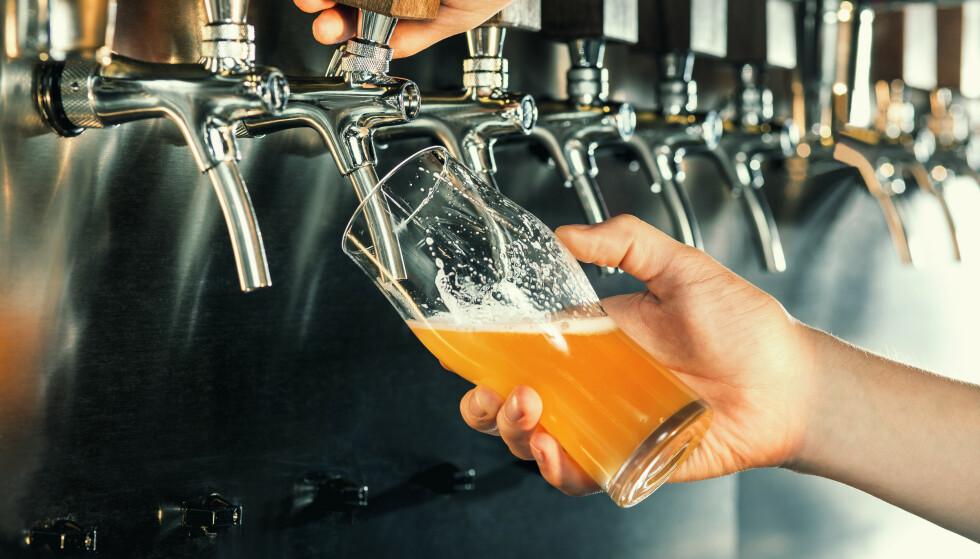 ALKOHOLSERVERING: Les mer om hvilke regler som nå gjelder for alkoholservering. Foto: Shutterstock/NTB