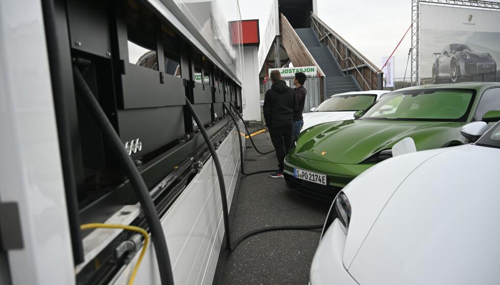 TURBOLADING: Det er en utfordring å hurtiglade mange Taycaner på en gang, men Porsche har en svær skreddersydd mobil container proppfull av batterier som står klar til å fylle bilene. Foto: Rune M. Nesheim