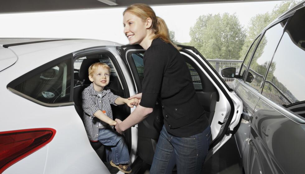 GODT TIPS: Ett av tipsene for å unngå de typiske parkeringsbulkene, er å ikke parkere ved siden av en bil med barneseter. Ford har utviklet en egen beskyttelse så dørene ikke skal bulke andre biler. Foto: Ford.