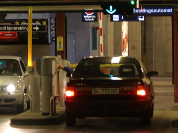 UNNGÅ DETTE: Unngå mørke og trange parkeringshus. Lakk-restene på stolper og kanter avslører at her blir mange biler skadet. Foto: Rune Korsvoll