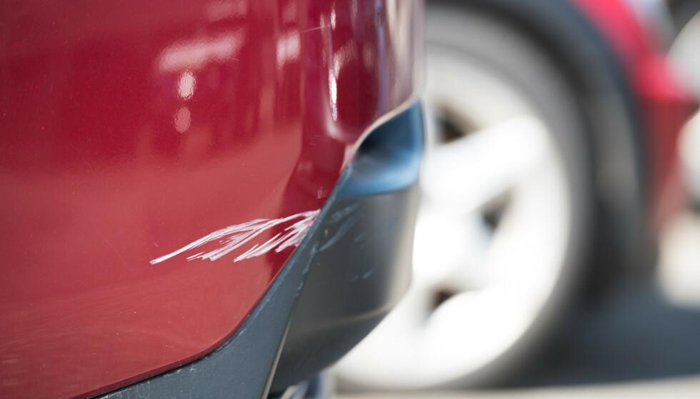DYRT: En typisk parkeringsskade ser kanskje ikke så dyr ut, men kan koste flere ti tusen å reparere. Foto: If