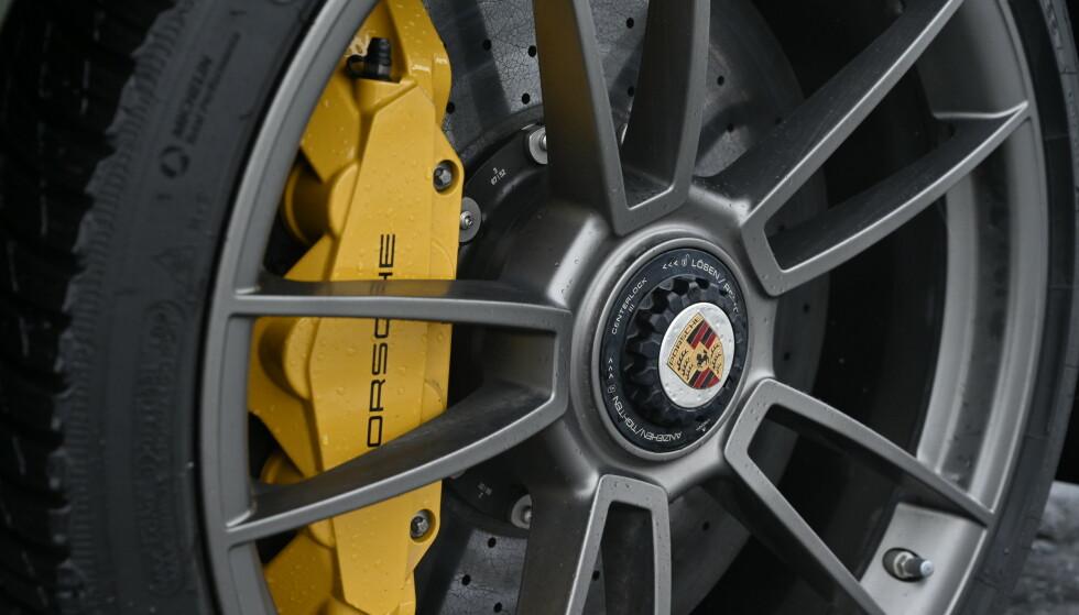 KARBON: Svære karbonbremser bremser voldsomt, med unntak av på dårlig føre. Man får først sjokkerende dårlig og hard brems før de funker dårlig. Egne felger med senterbolt er standard og grunn nok alene til å velge Turbo S. Foto: Rune M. Nesheim