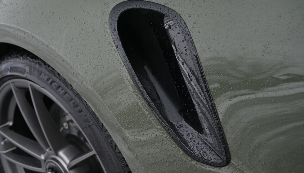 LUFTINNTAK: Helt siden første generasjon har Turboen kunne gjenkjennes med luftinntak på siden. Høyglansfinishen på inntakene koster 6100 kroner. Foto: Rune M. Nesheim