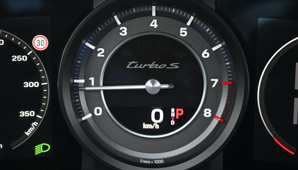 BÅNNSTERK: Det er ikke et eneste økoprogram å spore på 911. Bilen er utpreget sporty i normalprogrammet, men vil du kjenne bilen på riktig måte på veien, velger du Sport. Da skjerpes alle systemer og ikke minst girkasse og motorkarakteristikk blir en tanke hissigere uten å være slitsomt. Sport+ heiser turtallet betraktelig og føles naturlig på en bane. Kjøreprogrammet Wet, gjør motoren noe mer forsiktig med effektleveranse, samtidig som marktrykket optimaliseres. Foto: Rune M. Nesheim