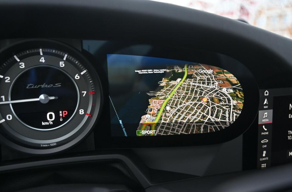 NAVI: Når du velger navigasjon, opptar den hele plassen til skjermen. Rattet stjeler mye av synet ytterst på skjermene. Foto: Rune M. Nesheim
