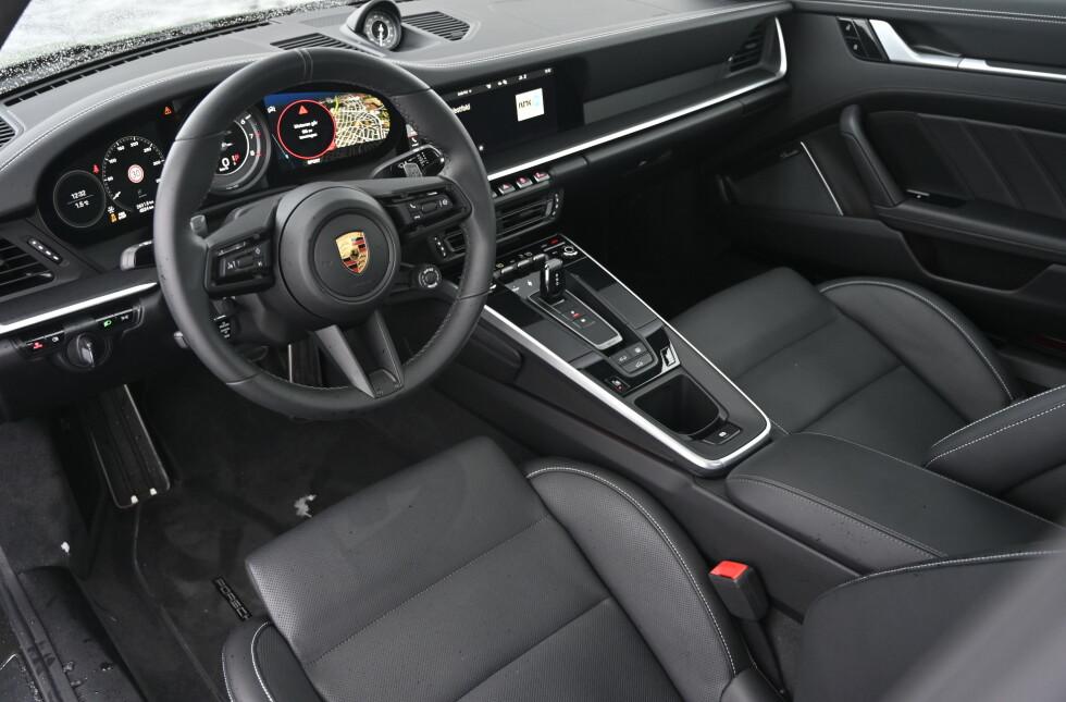 NØKTERNT: Porsche 992 er, etter flere år med stående midtkonsoll, tilbake til opprinnelsen med liggende design på dashbordet. Stilen er svært nøktern, men kvalitetsfølelsen er høy. Foto: Rune M. Nesheim