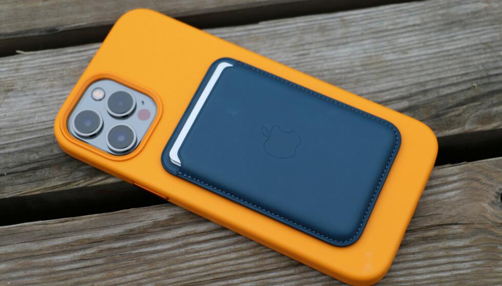 MAGSAFE: iPhone 12 har MagSafe-kontakt for trådløs lading og tilkobling av tilbehør, som denne kortholderen. Foto: Kirsti Østvang