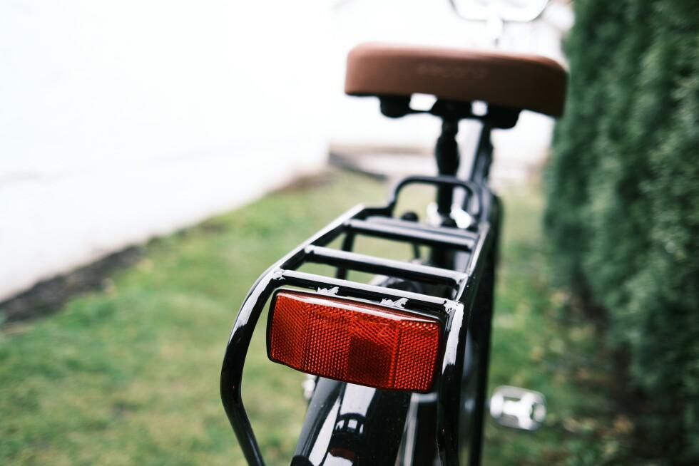 Elsykkelen er godt utstyrt med lys, refleks og bagasjebrett.