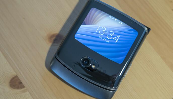 Razr 5G er liten og nett når skjermen er klappet igjen. Foto: Martin Kynningsrud Størbu