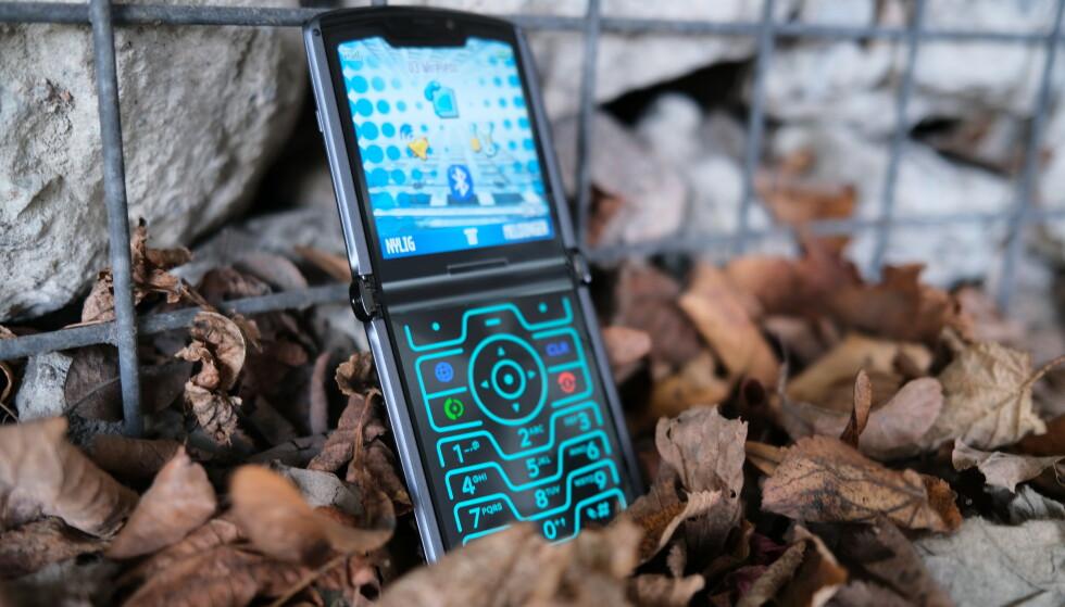 Razr 5G har en «hemmelig» modussom gjør den lik de originale mobilene. Det er gøy! Foto: Martin Kynningsrud Størbu