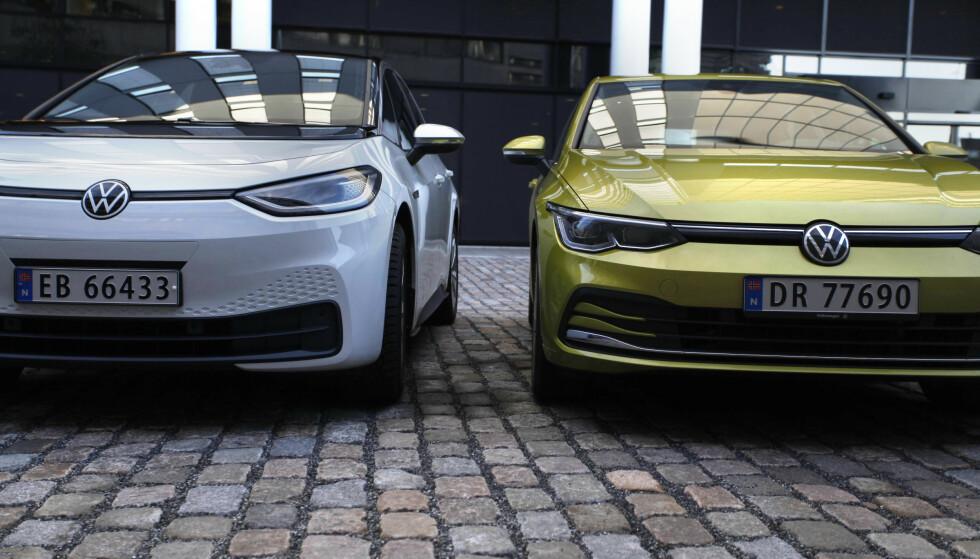 FÅR GREENPEACE PÅ NAKKEN: Miljøorganisasjonen har avdekket hvordan tyske bilselgere oppfordrer sine kunder om å kjøpe fossildrevne biler, som VW Golf til høyre, framfor elektriske VW ID.3 til venstre. Foto: Øystein B. Fossum