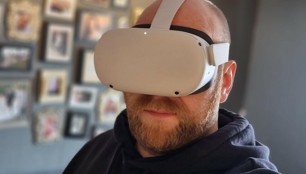 SPORER INNENFRA: Med fire kameraer sporer Oculus Quest 2 bevegelsene dine uten at du trenger å ha kameraer montert på veggen. Foto: Pål Joakim Pollen