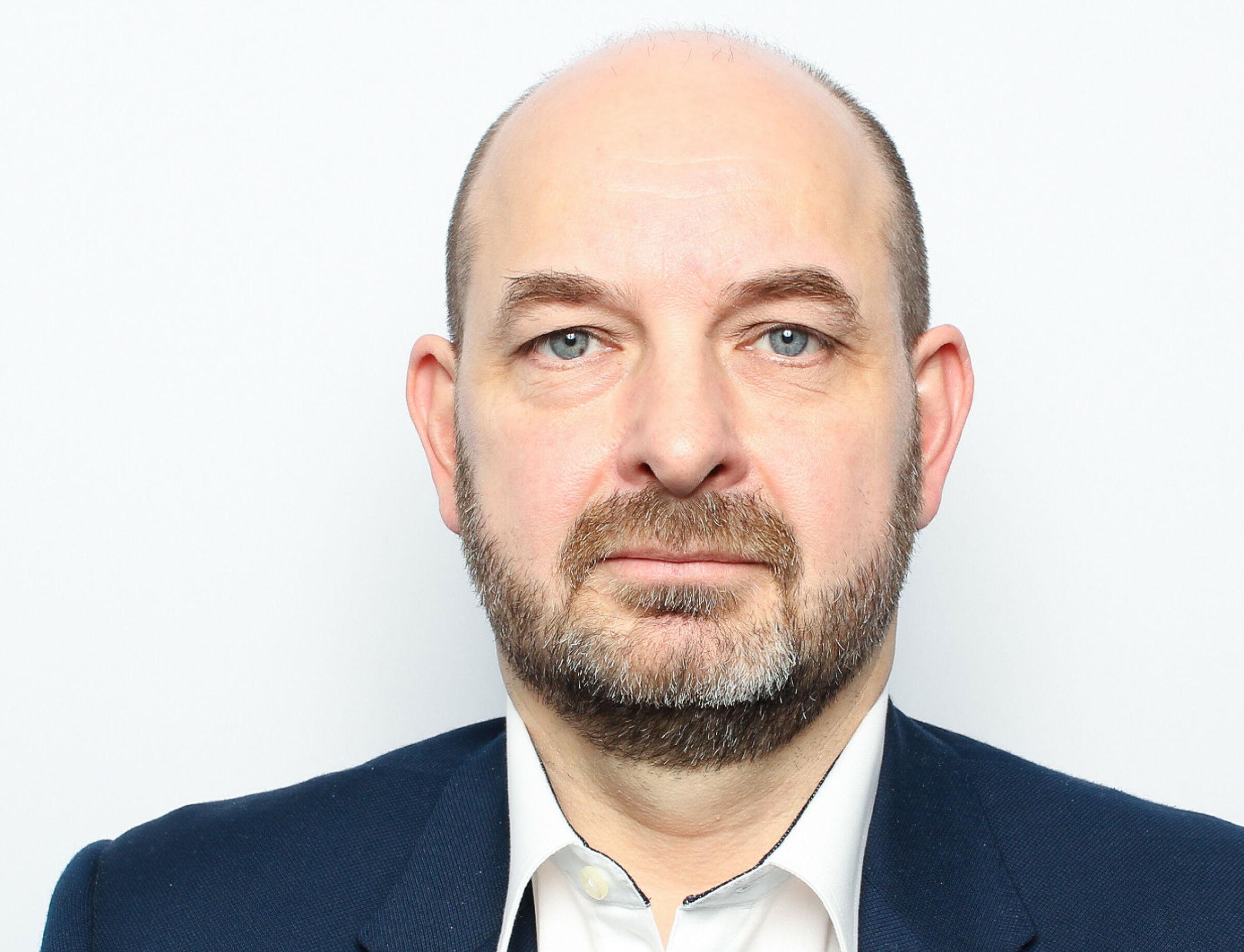 FORTVILER: Kyrre Martin Roald Strand er leder for oppgjørsavdelingen til Fremtind, forsikringsselskapet til Sparebank 1 og DNB. Han mener alt for mange elbiler blir skrotet.