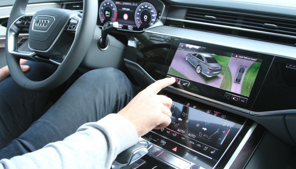 TIKKENDE BOMBE: Mange eksperter tipper nå at de store skjermene i moderne biler kan være tikkende bomber i ulykkesstatistikken. Foto: Rune Korsvoll