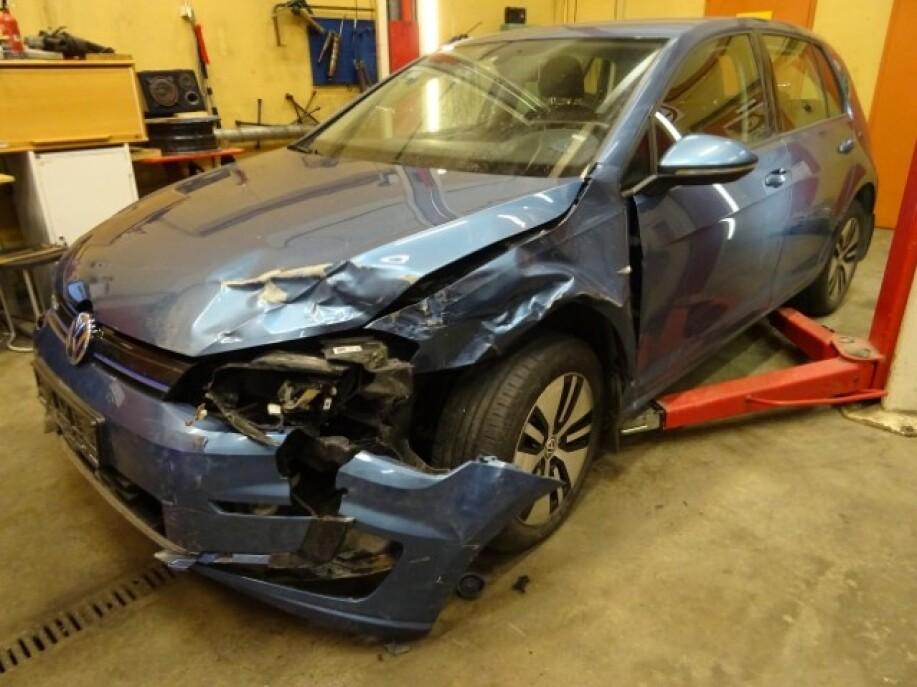 KUNNE VÆRT REDDET: Mange mener denne VW e-Golf burde blitt reparert og bevart, om for eksempel for prisen for reparasjoner var lavere, uten moms på deler og arbeid. Foto: Post Bil Demontering Innlandet