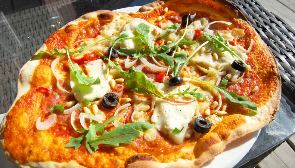 HVORDAN LAGER DU SKIKKELIG DIGG PIZZA? Det er mange veier til sprø og luftig pizza, fra rundt 200 kroner til opp i 8000-kronersklassen. Kanskje pizzadagen 9. februar er da du skal trå til med verdens beste pizza? Foto: Thomas Strzelecki