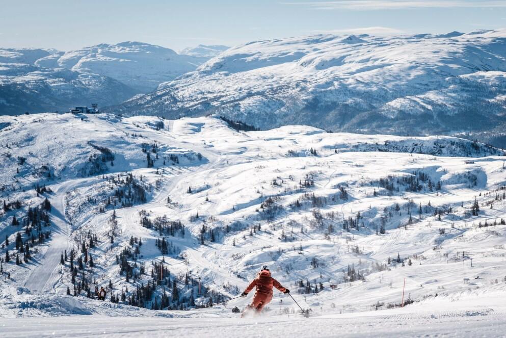 PÅ SKISENTER I VINTER? Coronatiltak gjør at det kan være begrenset kapasitet i skisentrene i vinter. Flere oppfordrer derfor til å bestille heiskort god tid i forveien, spesielt for vinterferien og påska. Og tenker du deg på impulstur, er søndag en bedre dag enn lørdag. Bilde er fra Voss. Foto: Jon Hunnålvatn