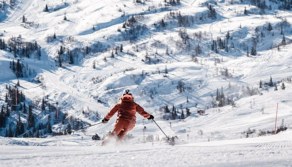 HEISKORT I PÅSKEN? Coronatiltak gjør at det kan være begrenset kapasitet i skisentrene. Flere oppfordrer derfor til å bestille heiskort god tid i forveien. Bilde er fra Voss. Foto: Jon Hunnålvatn