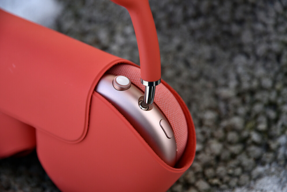 ELEGANT: Airpods Max er i hovedsak laget av stål og aluminium og fremstår svært luksuriøse. Foto: Pål Joakim Pollen