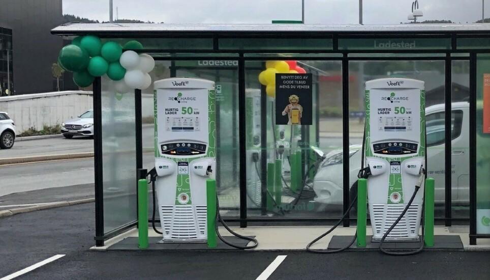 ENDRER: Fortum-stasjonene har byttet navn til Recharge og lanserer sammen med Easypark en hybridløsning for betaling av lading og parkering. Foto: Easypark