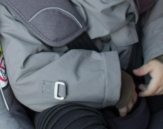 IKKE SLIK: Det er ikke trygt å ha internbeltene i barnesetet strammet over vinterjakka. Foto: Besafe
