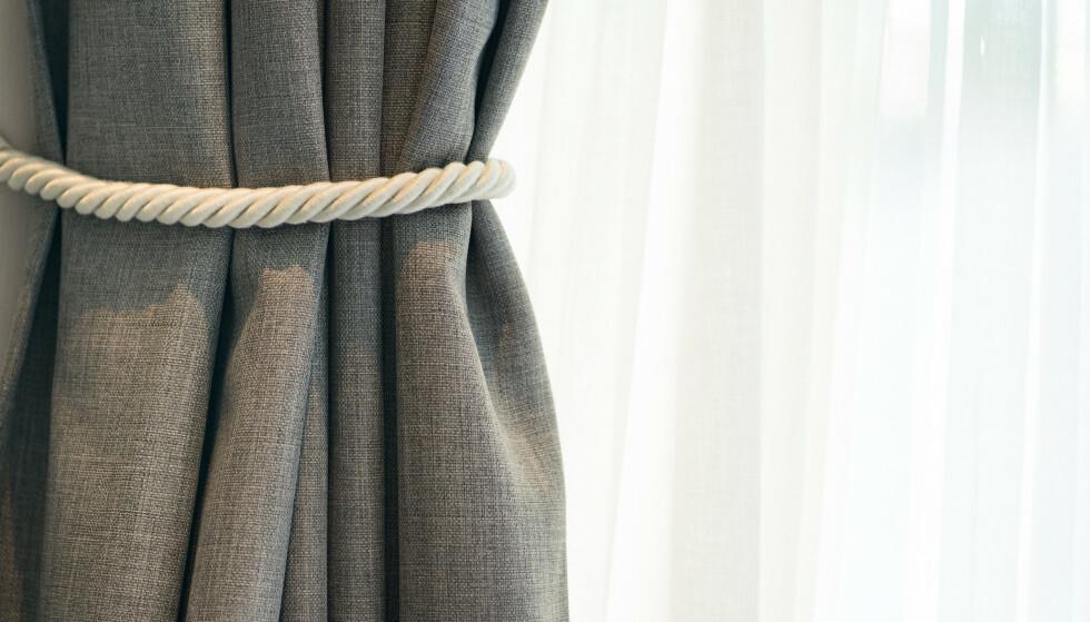 TREKK? Tykke gardiner som du trekker for om natten kan begrense varmetapet noe. Foto: NTB Scanpix