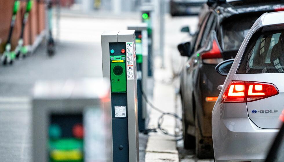 PRIS VIKTIG: Forskere i Transportøkonomisk institutt har beregnet at full moms på elbiler vil gjøre at salget halveres. Foto: Gorm Kallestad / NTB Scanpix