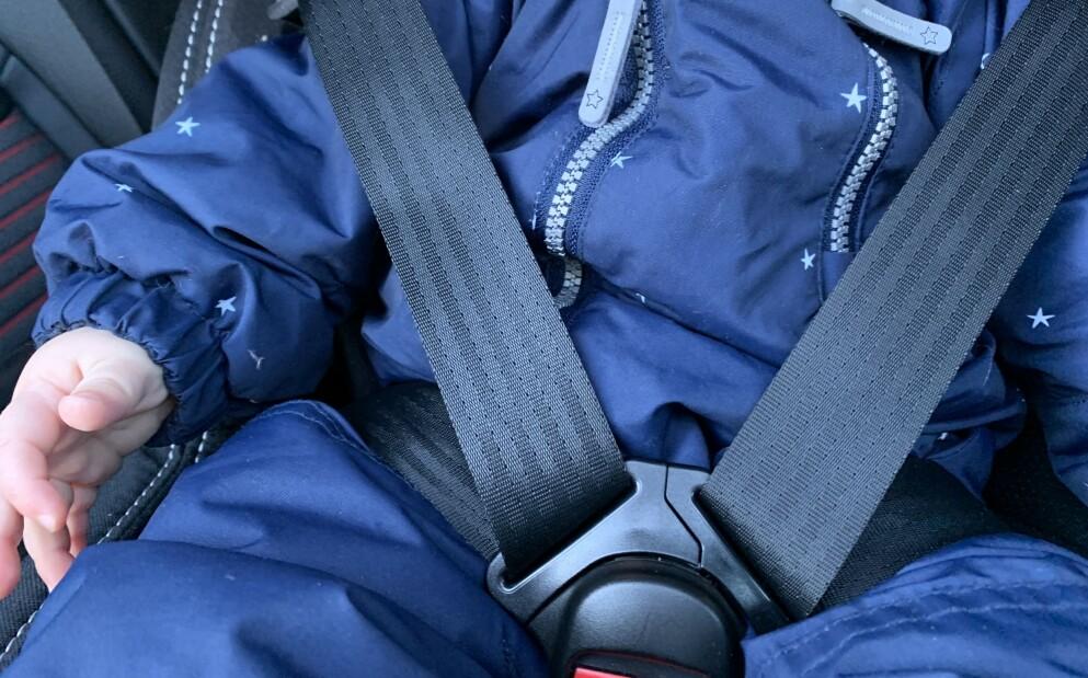 SIKRING AV BARN I BIL: Små barn bør i likhet med voksne droppe tjukke vinterklær i bilen. Det kan bli avgjørende i en ulykke, advarer ekspertene. Foto: Øystein B. Fossum