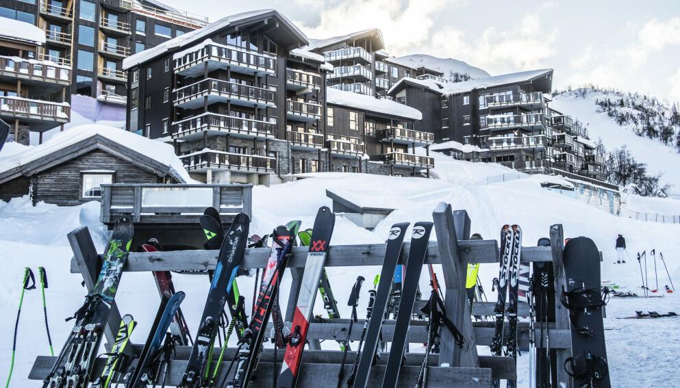 ER DETTE LOV? Du kan både reise på hytte, hotell og i alpinbakken i vinterferien, men det er en del forbehold du må vite om. Her fra Skigaarden i Hemsedal. Foto: Halvard Alvik / NTB