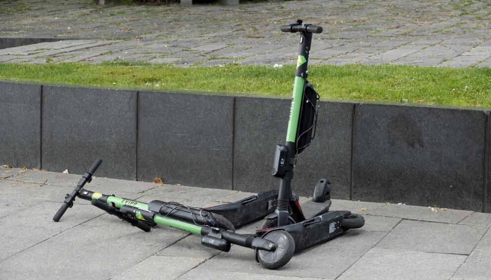 HENSLENGT: Dette er et vanlig syn i byer hvor det er mulig å leie elsparkesykler. Nå tar Oslo nytt grep i kampen mot feilparkeringer. Foto: Geir Olsen / NTB
