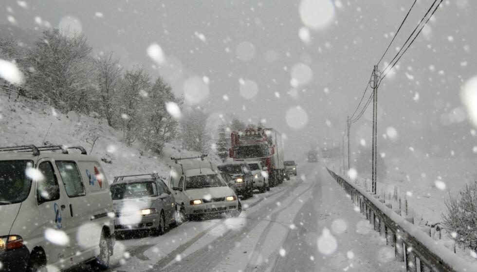 SLIK KAN DET BLI: Noen steder av landet forventes det dårlige kjøreforhold og potensielt mye kø i forbindelse med vinterferieutfarten. Foto: Magnar Larsen / Scanpix