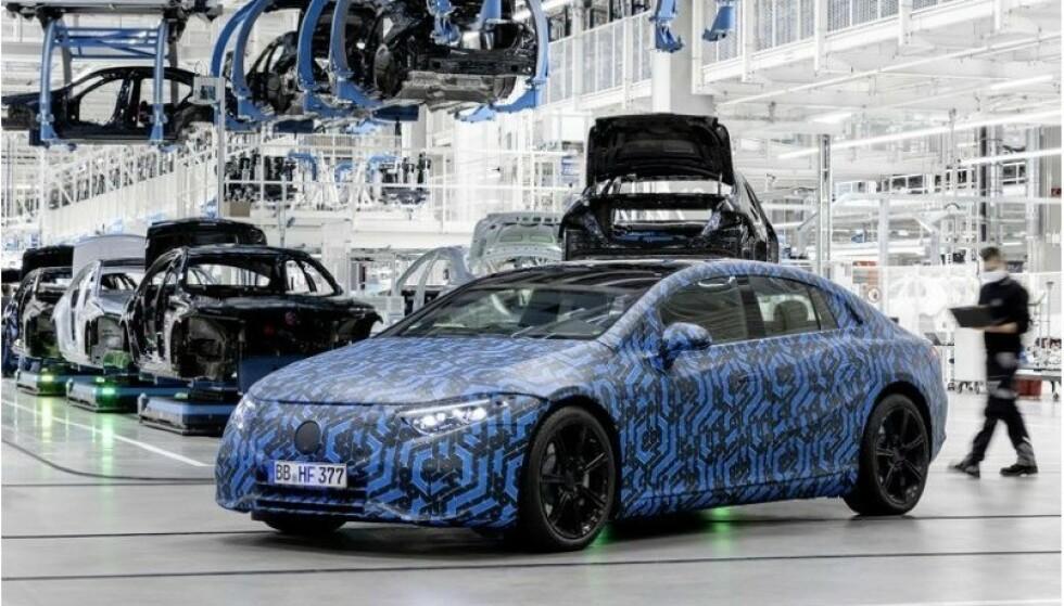 SUPER-LUKSUS: Elektriske Mercedes EQS blir en elbil i luksus-klassen når den ruller ut på norske veier rett over nyttår. Foto: Mercedes.