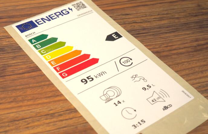 HVA BETYR DET? Den nye merkingen bruker en lik skala fra A til G for alle produkter. A+++/A+ forsvinner. Produktets energiforbruk vises midt på etiketten. For oppvaskmaskin (som denne viser) eller vaskemaskin oppgis energiforbruk per 100 vask på økoprogrammet. Den nedre delen av etiketten inneholder ulike piktogrammer som informerer om utvalgte produktegenskaper som er viktige for ulike produktgrupper. For oppvaskmaskin er dette: Antall kuverter (tallerkner og glass); vannforbruk per syklus i Eco-program (vannkrana); varighet av Eco-programmet (klokka) og støynivå og støyklasse (høyttaleren). Øverst til høyre på etiketten vises det en QR-kode som er koblet til EUs nye produktdatabase (EPREL). Foto: Kristin Sørdal