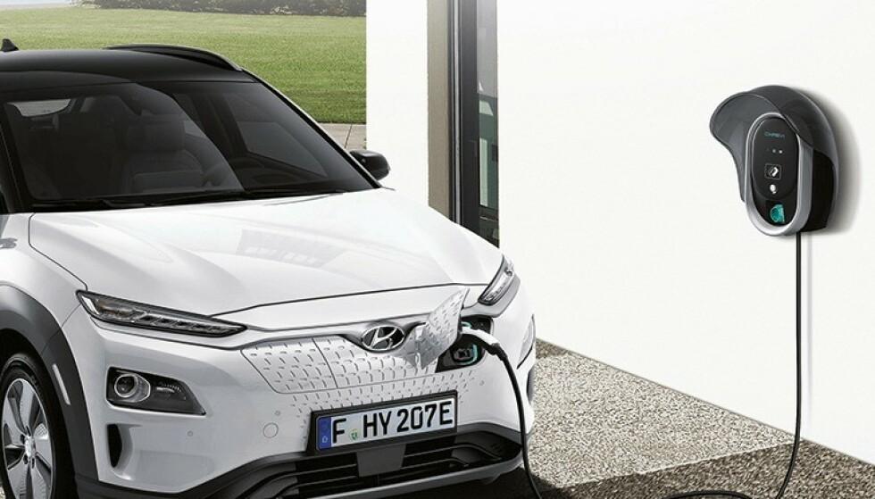 IKKE LAD FULLT!: Før batteriet i de aktuelle bilene er byttet, bør ikke eierne lade batteriet helt fullt, sier Hyundai. Foto: Hyundai