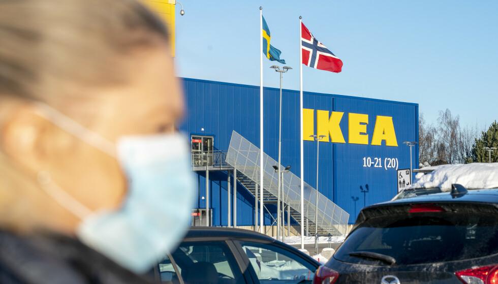 NYE PRISER: På Ikea Furuset koster det nå 49 kroner for klikk-og-hent. Men ikke alle varehusene får den lavere prisen. Foto: Gorm Kallestad / NTB