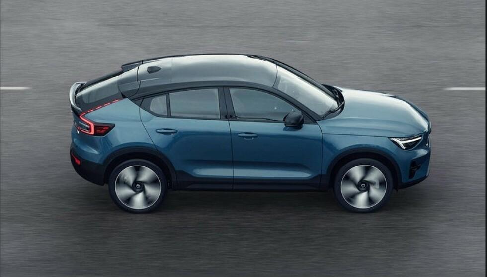 BARE ELEKTRISK: C40 blir den første bilen fra Volvo som bare skal selges som elbil. I tillegg skal alt salget skje på nettet. Det starter ikke før til sommeren. Foto: Volvo