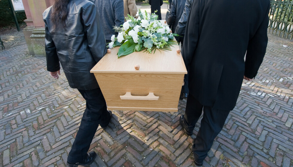 LIVET ETTER DØDEN: En begravelse kan innebære at den ene parten i forholdet er ved veis ende, mens den andre skal reise videre i livet. Da reiser spørsmålet seg om gjenlevende skal sitte i uskiftet bo eller ei. Les mer i saken under. Foto: Shutterstock/NTB