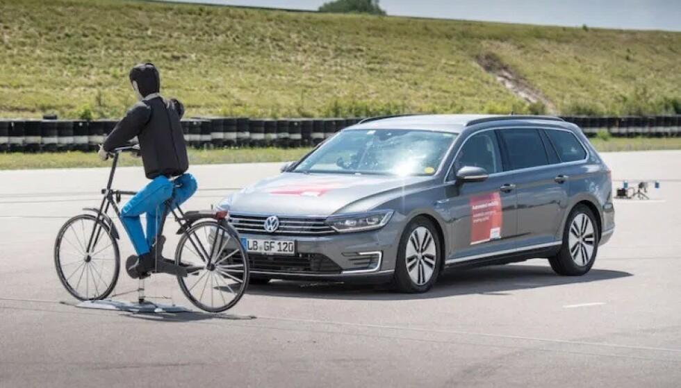 MYKE TRAFIKANTER: Bilen skal være mest mulig skånsom i en kollisjon med myke trafikanter og nødbremssystemet skal klare å stoppe bilen automatisk for å unngå en påkjørsel. Foto: EuroNcap