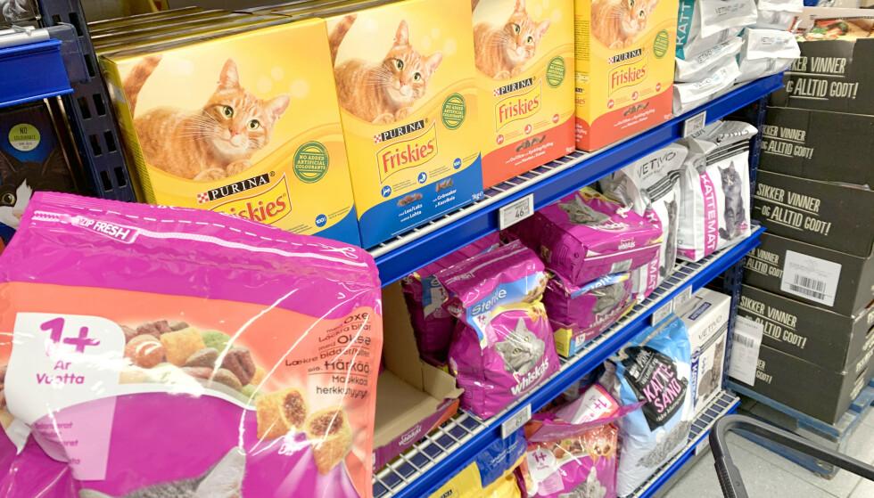 TEST AV KATTEMAT: Test av kattemat utroper kattemat fra Orijen til best i test, men ifølge norsk professor vil de fleste av produktene i testen dekke næringsbehovet til en katt, bortsett fra de uten Omega-3. Purina Friskies er blant de billigste produktene i testen - som også inneholder Omega-3. Det beste ekspertrådet for å finne den beste maten for katten din, er å se hva katten liker: - Du må la dyret bestemme hva slags fôr den liker, og se hvordan pelsen er, om den trives og løper, det er ikke verre enn det, uttaler professor Øystein Ahlstrøm ved Norges miljø- og biovitenskapelige universitet (NMBU). Foto: Kristin Sørdal