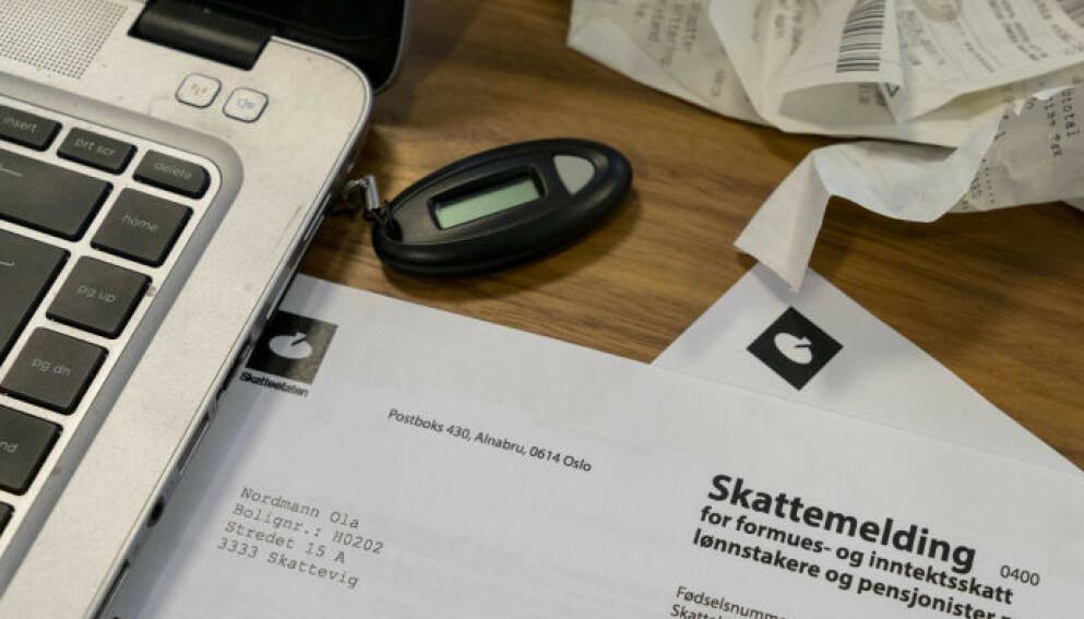 SKATTESJEKK: Du skal holde tunga rett i munnen når du går gjennom tallene i skattemeldingen og sjekker at de stemmer. Lønns- og årsoppgaver, kvitteringer og annet er blant dokumentene du må kontrollere tallene mot. Foto: Per Ervland