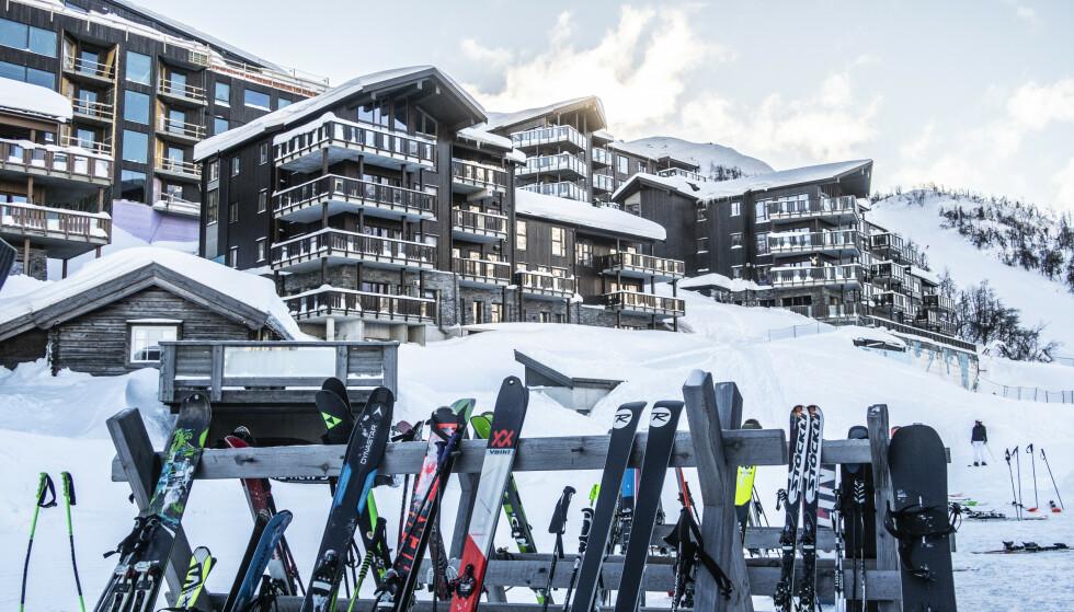 MANGE SKITYVERIER: Lås inn skiene når du ikke bruker dem, og ikke la skiene stå ubevoktet i bakken, er rådet fra forsikringsselskapet. Foto: Halvard Alvik / NTB