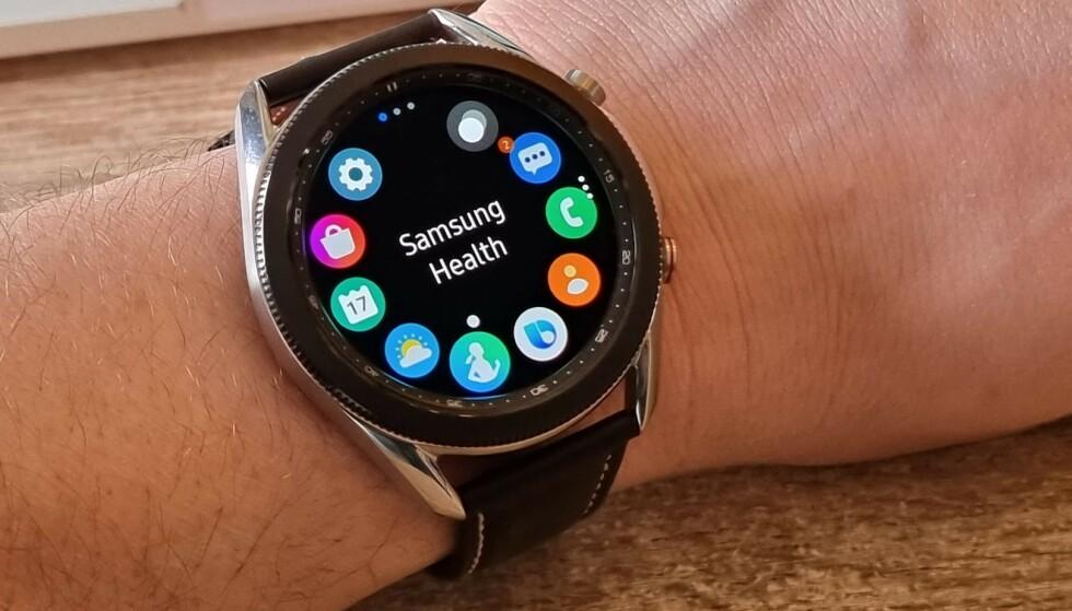 ENKELT: Berør skjermen eller rotér urkransen for å navigere i Tizen-operativsystemet på Galaxy Watch 3. Foto: Pål Joakim Pollen