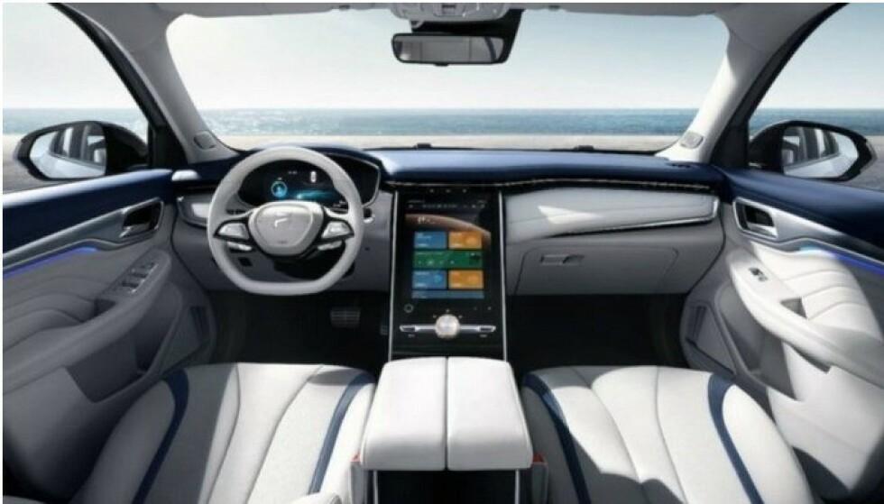 STORE SKJERMER: Interiøret i MG Mervel R preges av en stor berøringsskjerm. Bilen har tre elektriske motorer og får en rekkevidde på 400 kilometer. Foto: MG