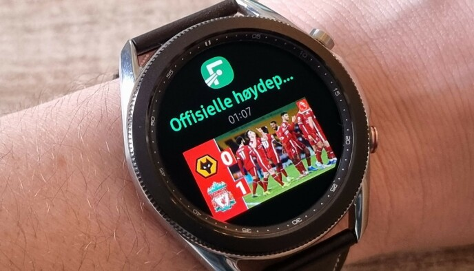 PLING: Varsler på klokka kommer både med tekst, bilder og emojier. Meldinger kan du svare på direkte fra klokka. Foto: Pål Joakim Pollen