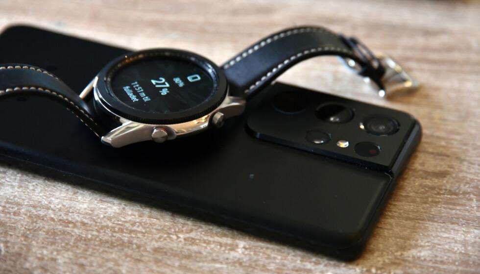 LADING BAK: Her lader vi Watch 3 fra baksiden av en Samsung Galaxy S21 Ultra. Foto: Pål Joakim Pollen