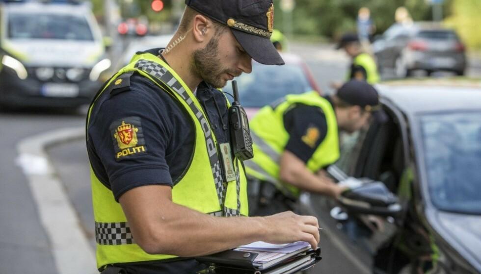 SJEKKER FØRERKORTET: Blir du stoppet i kontroll, kan du bli bedt om å gi fra det førerkortet til politiet for en sjekk. Det gjelder også om du har digitalt førerkort. Foto: Ole Berg Rusten/NTB