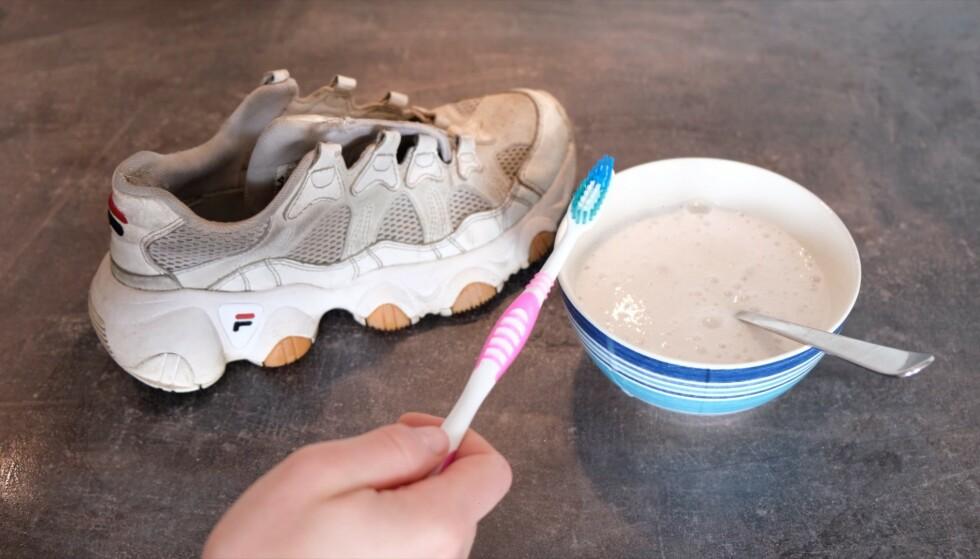 BAKEPULVER: Blandingen av bakepulver og såpe gjør susen for skitne hvite sneakers! Foto: Embla A. Hjort-Larsen.
