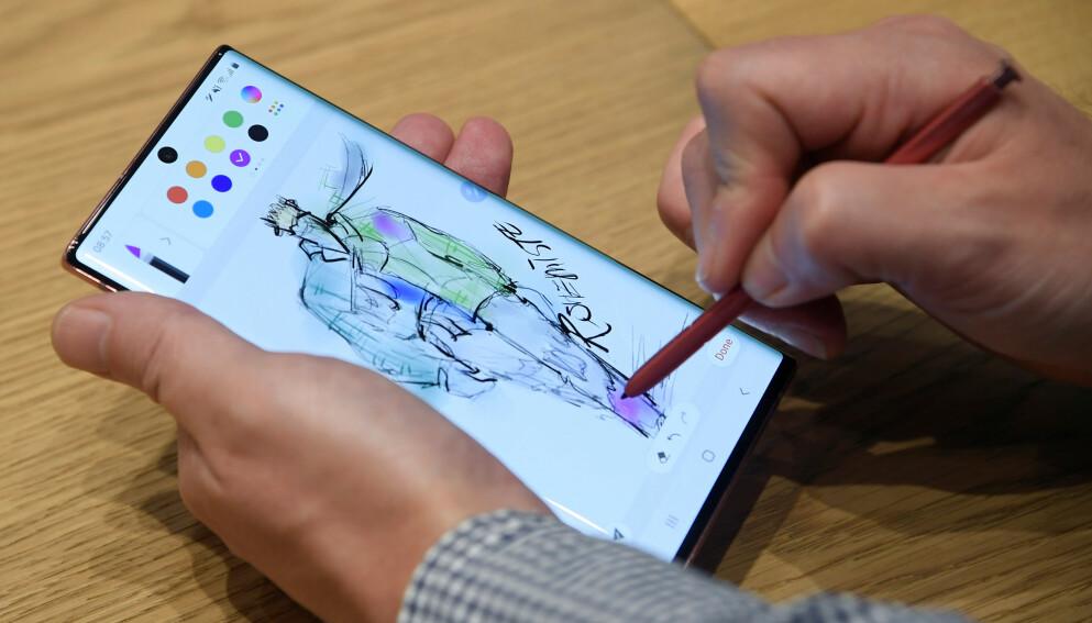 ENESTE MED PENN: En av de unike funksjonene til Samsungs Galaxy Note-serie har vært at den kommer med penn. Foto: Toby Melville/Reuters/NTB