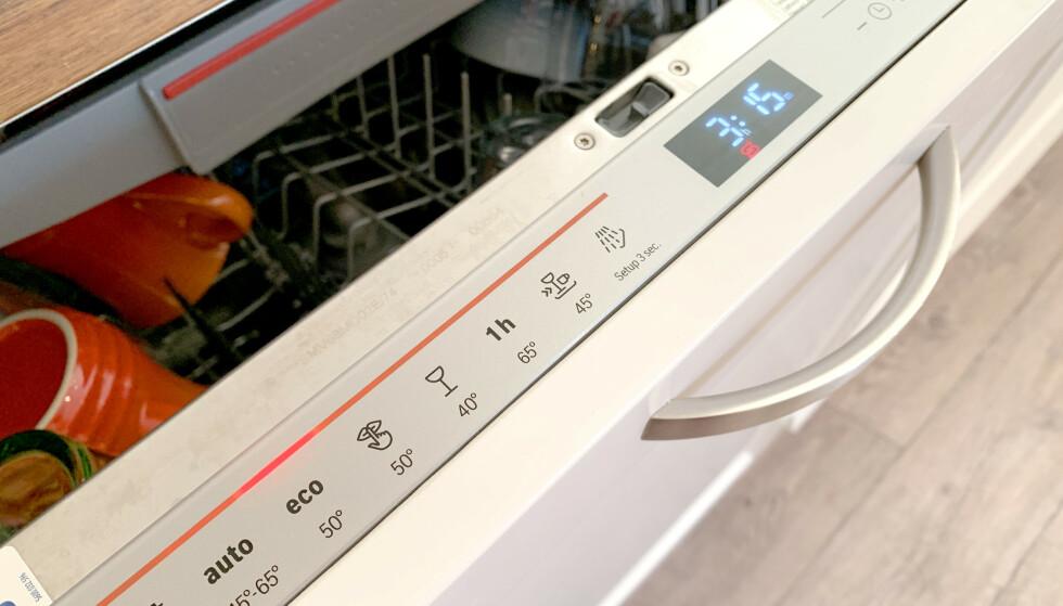 OPPVASKMASKIN: Det var 5984 vannlekkasjer og -skader fra såkalte vanntilkoblede maskiner, i norske hjem i fjor. Så høyt har tallet aldri vært før, ifølge If. Vannlekkasjene forårsaket skader for over 292 millioner kroner. Foto: Kristin Sørdal