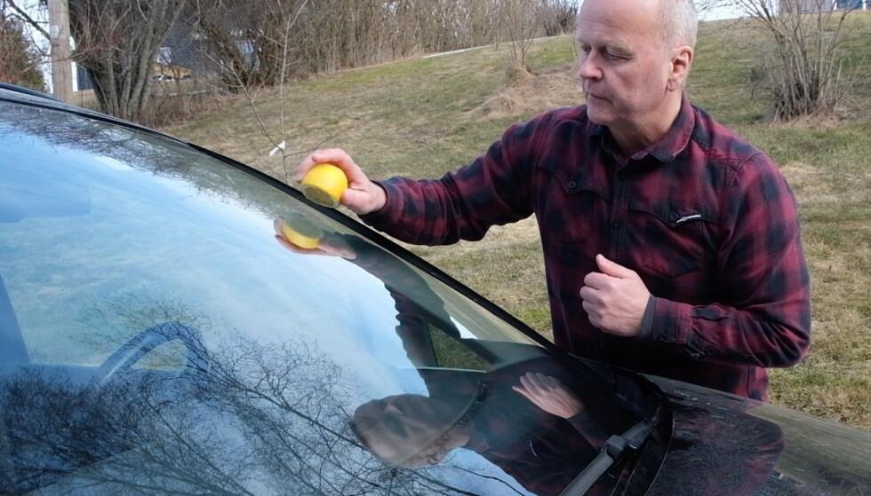 ETT MINUTT: Det tar ett minutt å fjerne gi frontruta en omgang med sitronsaft. Foto: Rune Korsvoll